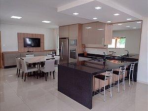 Cozinha Planejada Sob Medida em MDF Gianduia Cristalo, MDF Noce Naturale e MDF Branco TX.