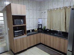 Cozinha Planejada Sob Medida em MDF Noce Naturale da Arauco e MDF Branco Texturizado da Masisa.