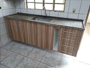 Cozinha Planejada Sob Medida em MDF Canela da Índia da Masisa e MDF Branco Texturizado da Masisa.