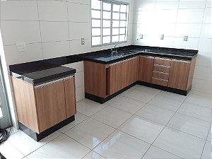 Cozinha Planejada Sob Medida em MDF Noce Amêndoa da Duratex e MDF Branco TX da Masisa.