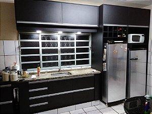 Cozinha Planejada Sob Medida em MDF Preto Ébano da Arauco e MDF Branco TX da Masisa.