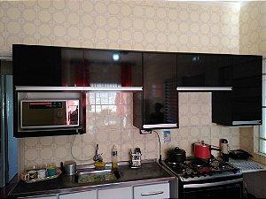 Cozinha Planejada Sob Medida em MDF Preto Lacca da Eucatex e MDF Branco TX da Masisa.