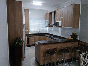 Cozinha Planejada Sob Medida em MDF Noce Naturale da Arauco e MDF Branco TX.