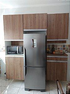 Cozinha Planejada Sob Medida em MDF Canelato da Arauco e MDF Branco TX.