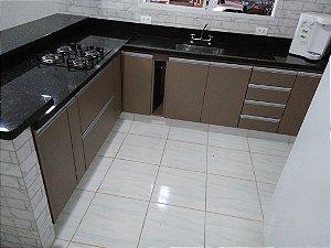 Cozinha Planejada Sob Medida em MDF Canela da Arauco e MDF Branco TX.