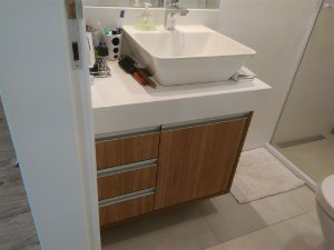 Banheiro Planejado sob Medida em MDF Carvalho Hanover.