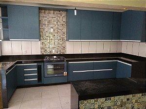 Cozinha Planejada sob Medida em MDF Azul Secreto e MDF Branco TX.