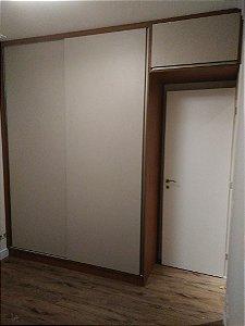 Dormitório Planejado sob Medida em MDF Branco TX, MDF Caiena e MDF Nude.