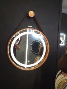 Espelho Marigold Ligth com led integrado 3000k/4000k Ø50cm Moldura Cobre Cinta de Couro Marrom DNA  ESPE-50-CO-LED