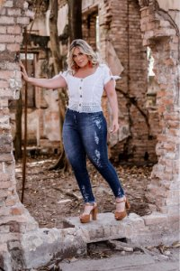 Calça Jeans Plus Size com Detalhes em Tinturaria