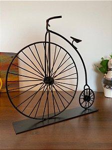 Bicicleta Penny-farthing reproduzida em metal