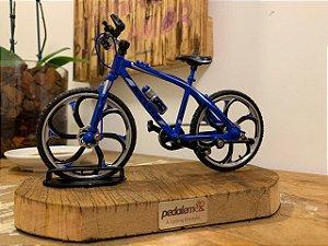 Miniatura Bike MTB com base de madeira de demolição - Azul