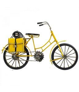 Miniatura bicicleta antiga amarela com bolsas laterais