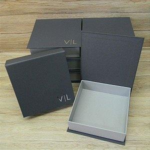 Caixa cinza com iniciais - tam:15,5x15,5x4,5cm
