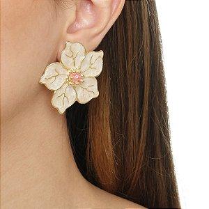 Brinco flor resina perolado com miolo rosa folheado em ouro 18k
