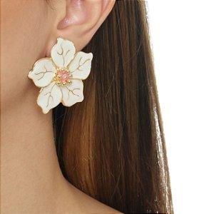 Brinco flor resina branco com miolo rosa folheado em ouro 18k