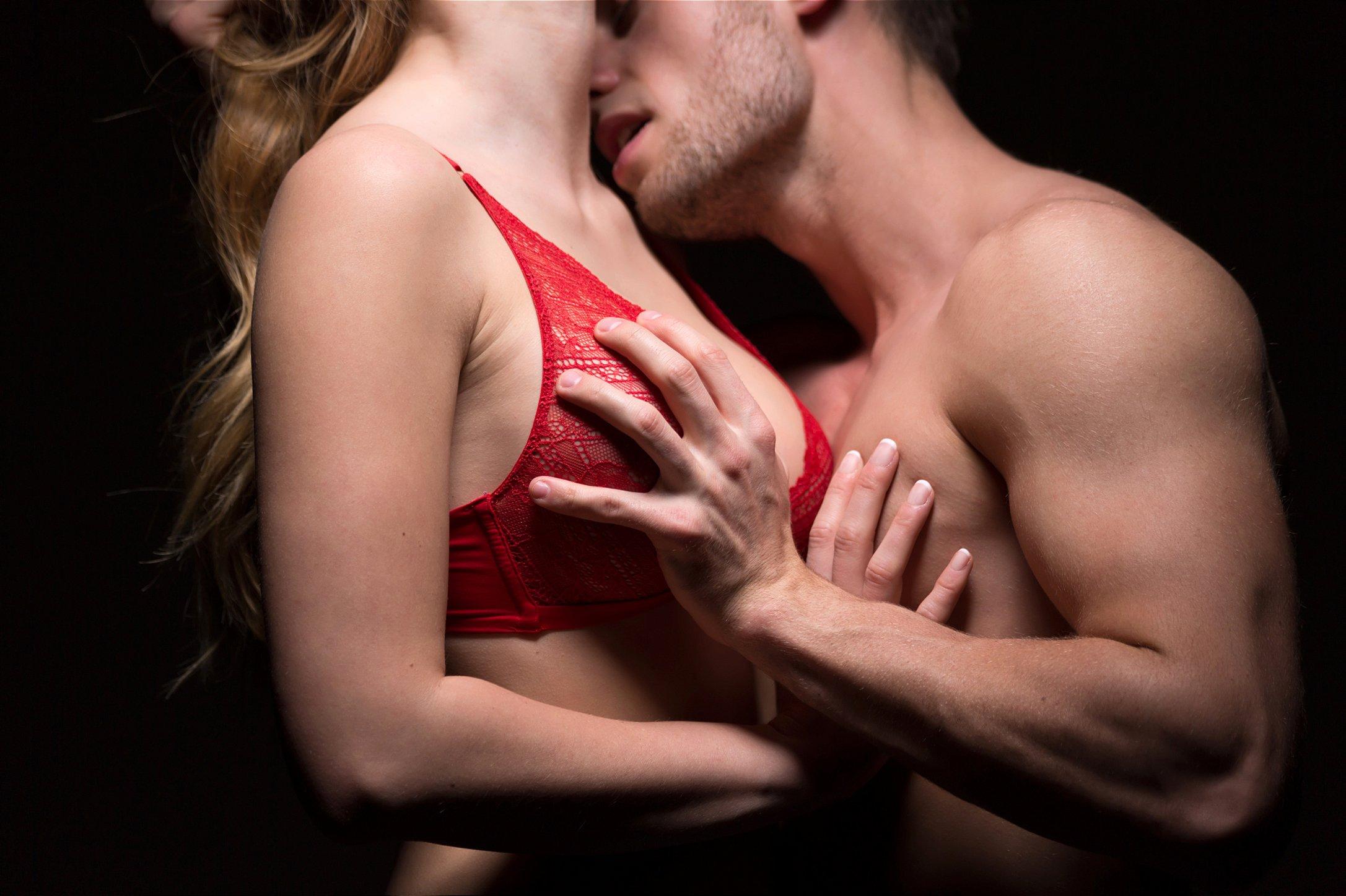 pegando em peito de mulher