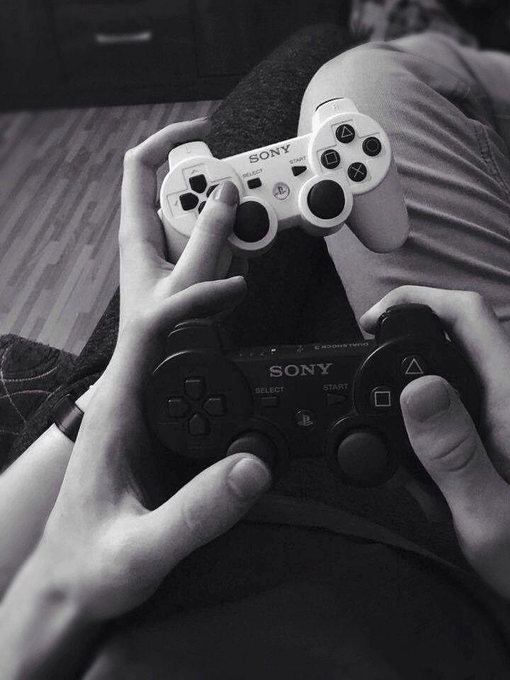 casal jogando playstationn 2