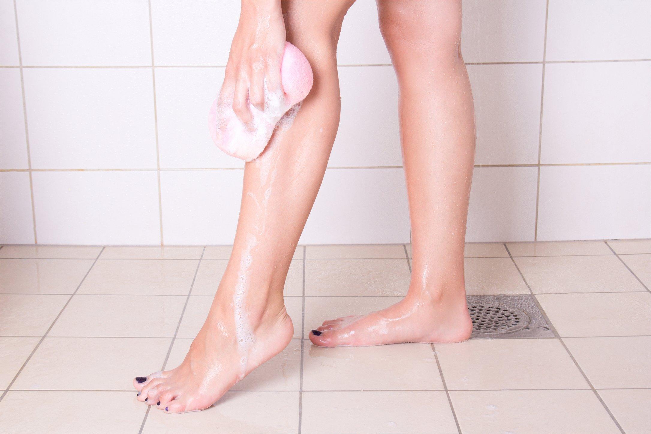 mulher lavando perna
