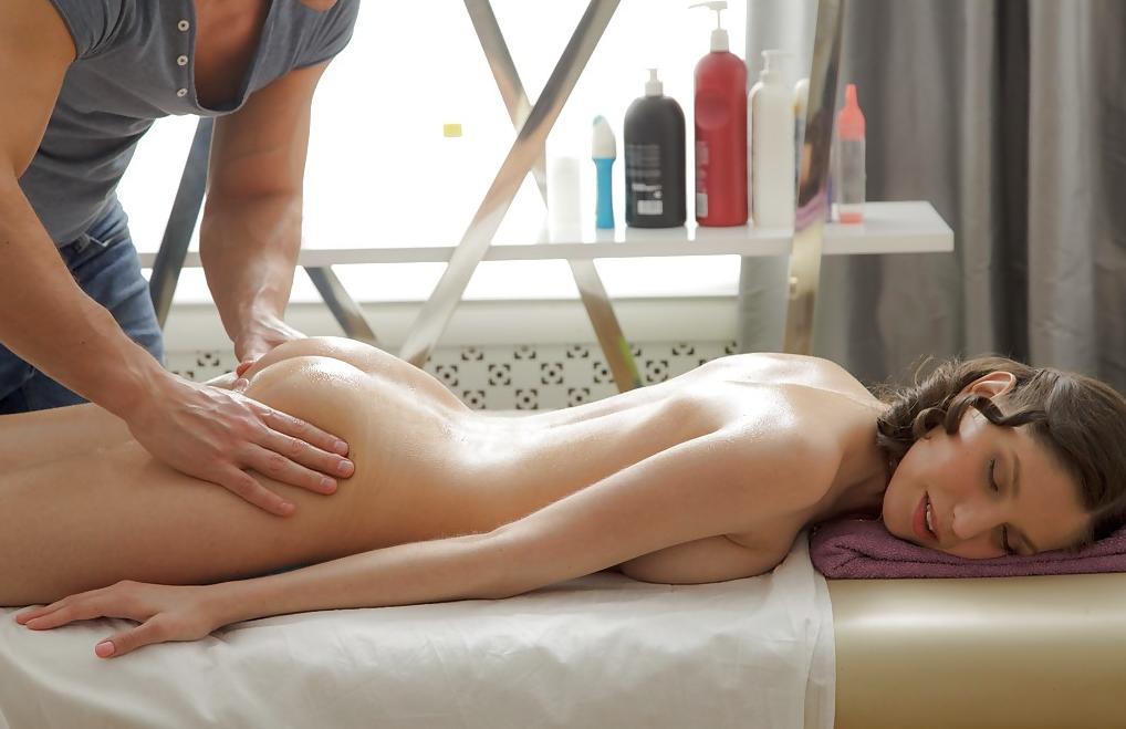 homem fazendo massagem mulher