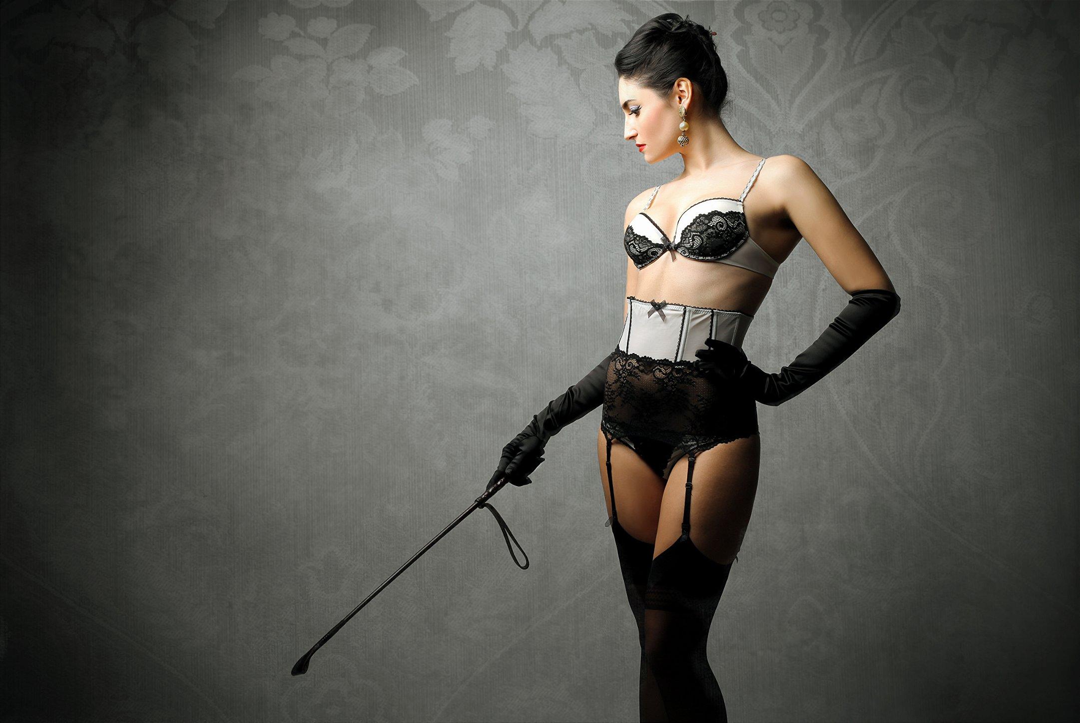 mulher de lingerie segurando palmatória