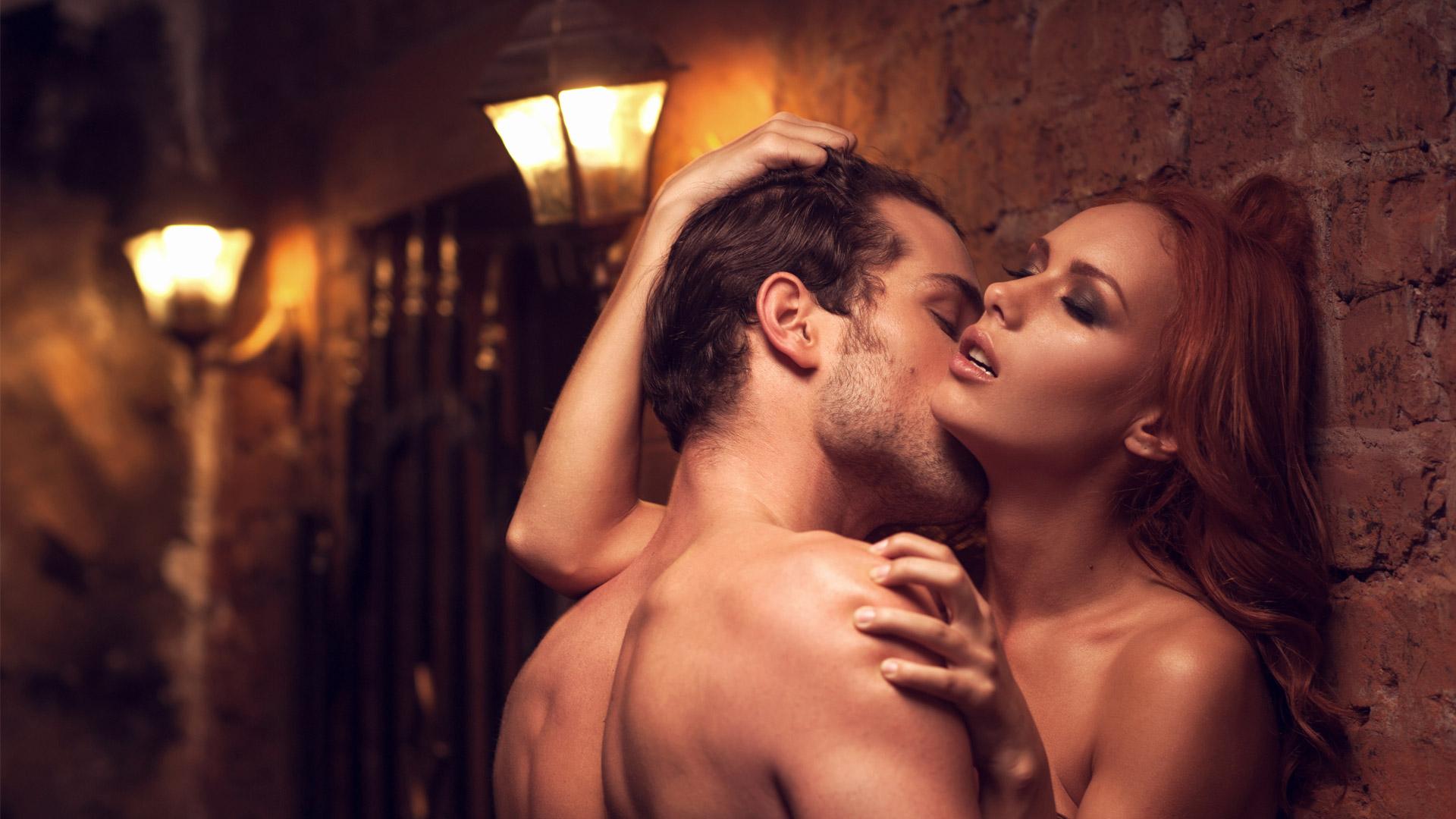 casal se beijando em parede