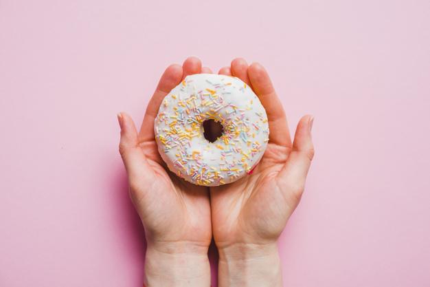 segurando donnut com as duas mãos