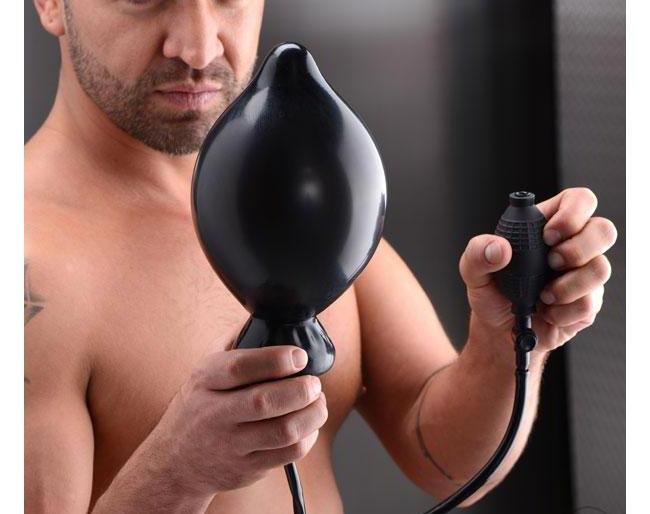 homem segurando plug anal inflável