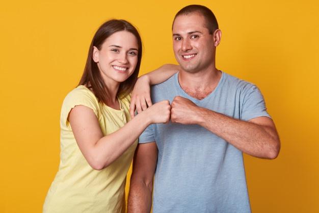 casal tocando com os punhos