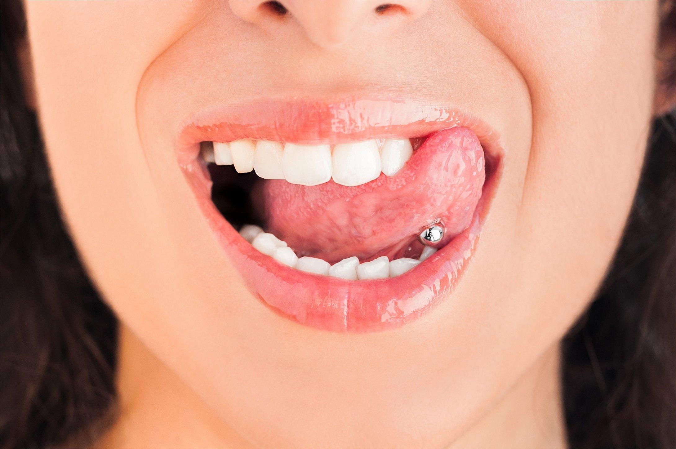 mulher com piercing na língua