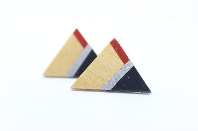 Brinco Madeira Triângulo Vermelho