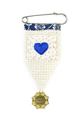 Berloque Crochê Off White e Bordado Coração Azul