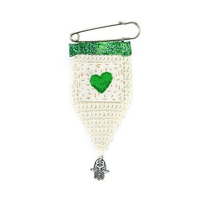 Berloque Crochê Off White e Bordado Coração Verde