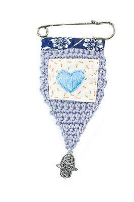 Berloque Crochê Cinza e Bordado Coração Azul