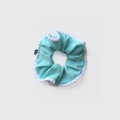 Scrunchie Amarrador De Tecido Com Pompom Azul Claro