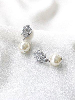 Brinco Diana com pérola shell e zircônias banhado a ouro branco