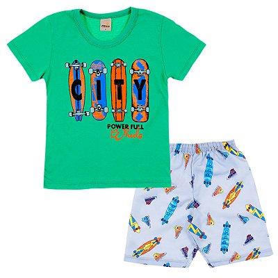 Conjunto Camiseta Verde Skate e Bermuda Cinza Clara Estampada