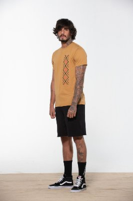 camiseta estonteante marrom