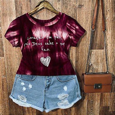 T-shirt Tie Dye Coração em paz pois Deus sabe o que faz
