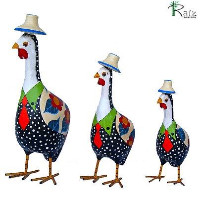 Trio Galinhas da Angola de Chapéu Esculpidas e Pintadas em Madeira