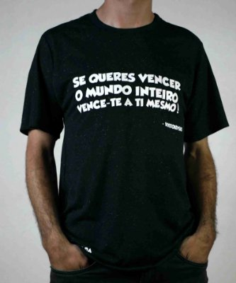 "Camiseta Dostoiévski ""Se Queres Vencer O Mundo Inteiro, Vence-te A Ti Mesmo!"""