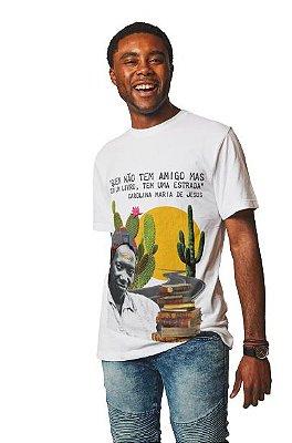 """Camiseta Carolina Maria de Jesus """"Quem Não Tem Um Amigo Mas Tem Um Livro, Tem Uma Estrada"""""""