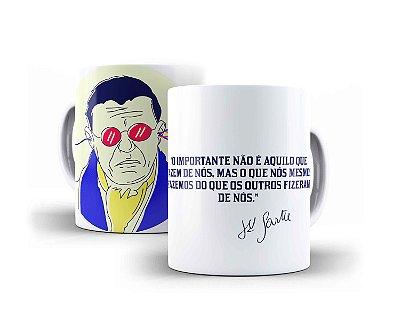 """Caneca Jean-Paul Sartre """"O Importante Não É Aquilo Que Fazem de Nós, Mas O Que Nós Mesmos Fazemos do Que Os Outros Fizeram de Nós"""""""
