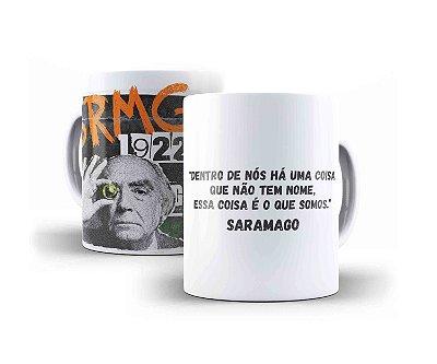 """CANECA JOSÉ SARAMAGO """"DENTRO DE NÓS HÁ UMA COISA QUE NÃO TEM NOME, ESSA COISA É O QUE SOMOS."""""""