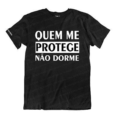 Camiseta Preta Quem Me Protege Não Dorme
