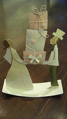 Casal segurando presentes artesanato alemão em lata 32 x 23 cm
