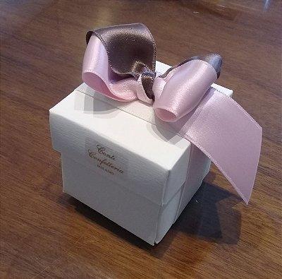 Caixinha em papel cartão com laço com 35gr de amêndoas confeitadas sabores e cores variados