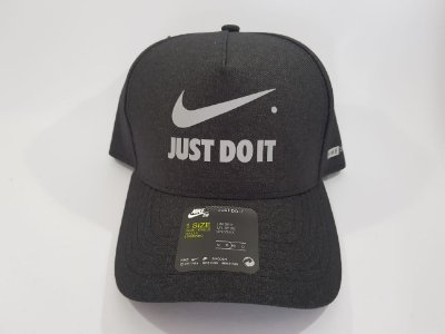 Boné Snapback Nike - Aba curva - Cinza (Chumbo)