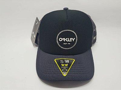 Boné OAKLEY trucker - snapback- Aba Curva - Cinza e preto