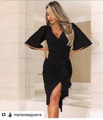 Dress em Crepe com Elastano Decote V Detalhes Drapeado e Fenda e Babado Lateral.